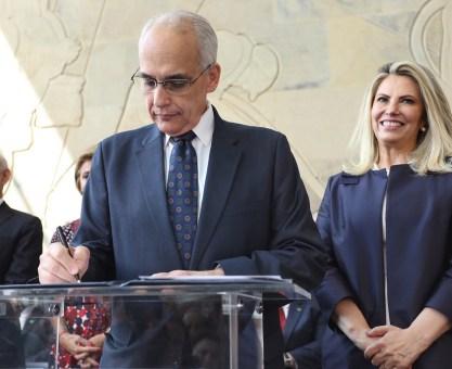 Cida dá posse a Nardi e anuncia R$ 5 milhões para o Centro de Especialidade