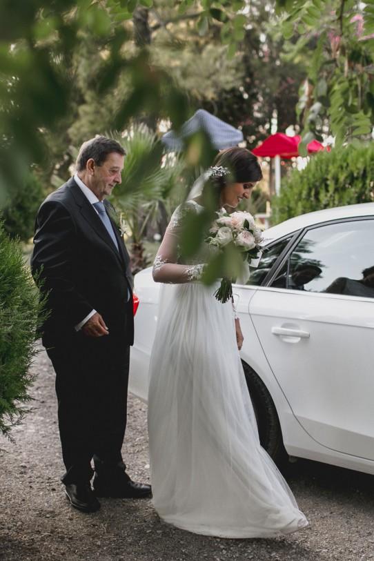 novia-llegando-a-ceremonia-www.bodasdecuento.com