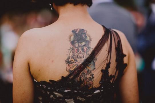 invitada con tatuaje www.bodasdecuento.com
