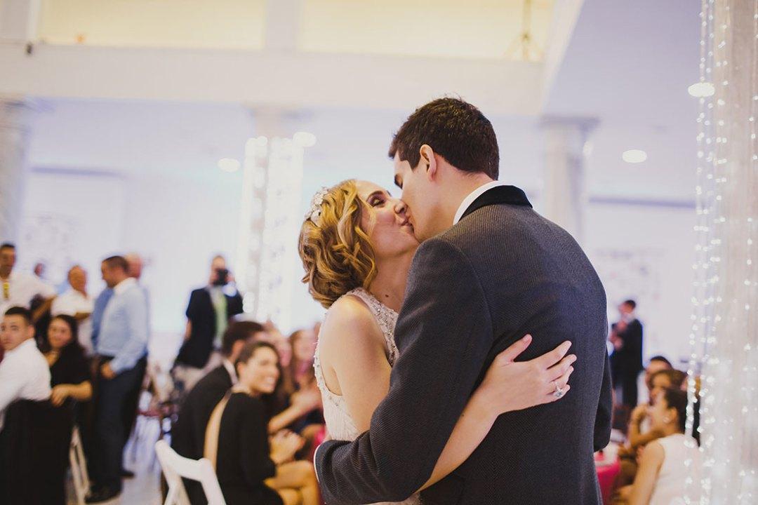 cuentinovios besándose www.bodasdecuento.com