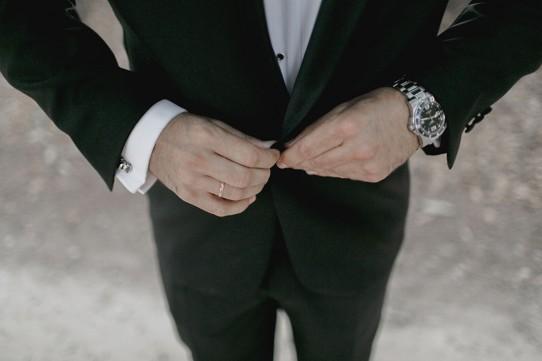 novio-abrochando-chaqueta-www.bodasdecuento.com