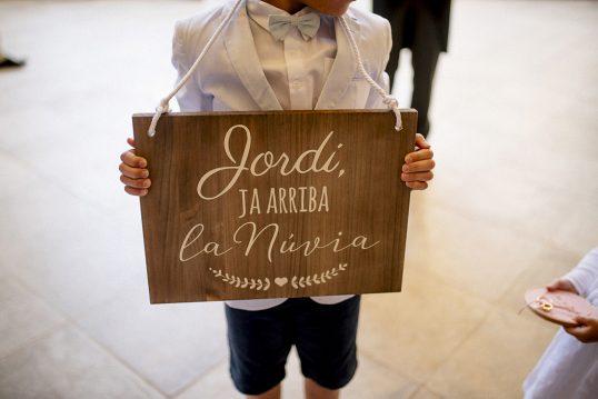 cartel madera ya llega la novia www.bodasdecuento.com