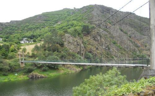 Bodega Viña Cuedo: Puente colgante en Ibias