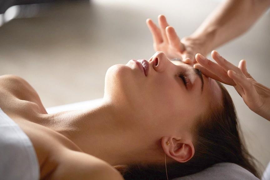head-and-face-massage-in-spa-salon-min