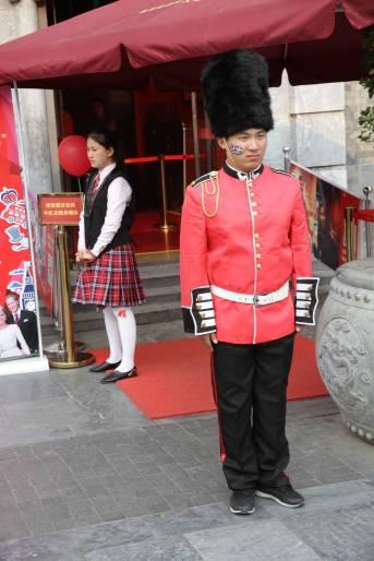 Chinese als britischer Wachsoldat