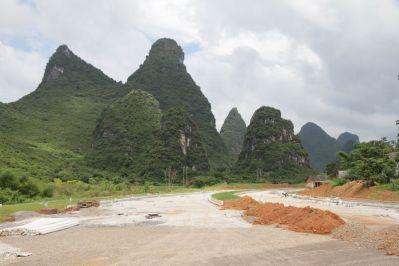 Straßenbaustelle und Karstberge