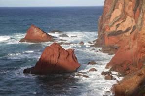 Bunte Felsen im Meer