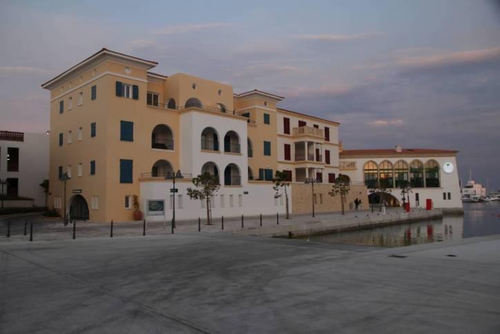 Neue Häuser am alten Hafen