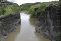 Fluss Venetikos zwischen Felsen