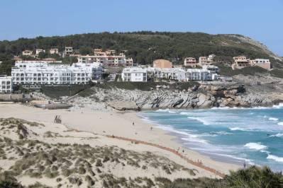 Hotels und Strand bei Cala Mesquida