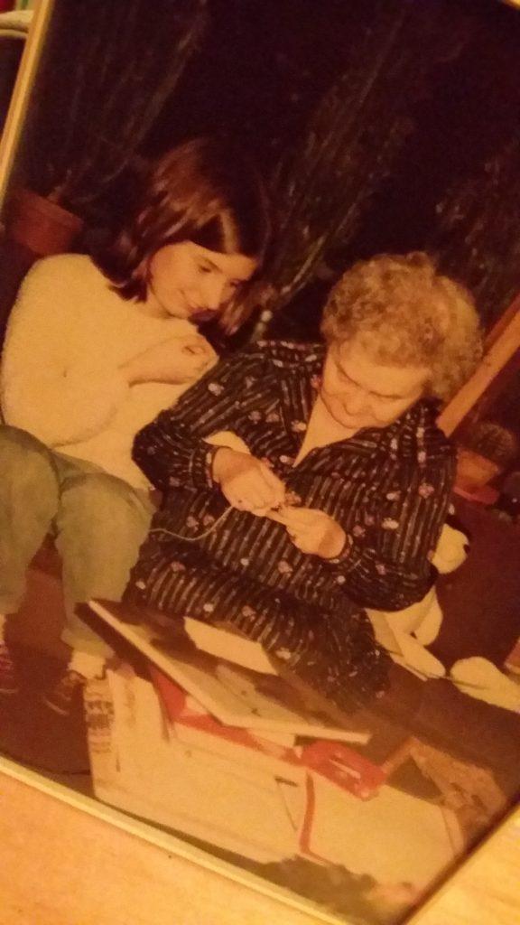 foto van oma die mij leert breien