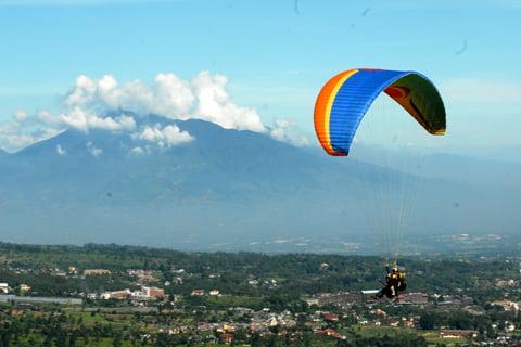 antarafoto-aktivitas-wisata-paralayang-puncak-060516-ysw-2