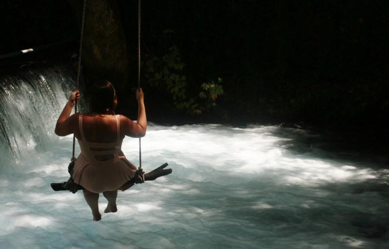 Schommel boven een waterval