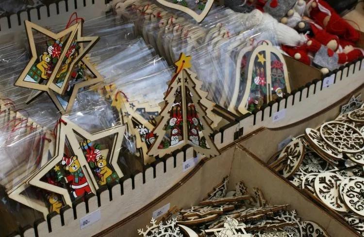 Kerstdecoratie op de kerstmarkt in Praag