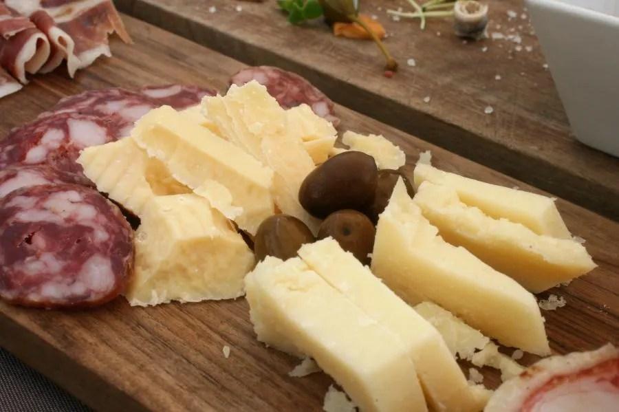 Sloveens kaasplankje bij Sorbara Steak House in Ljubljana