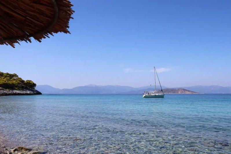 Dragonera strand op Agistri in Griekenland