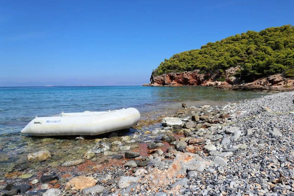 Het Dragonera strand op Agistri in Griekenland