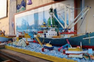 Thanasis maakt kunst van (plastic) afval dat hij verzamelt op het strand
