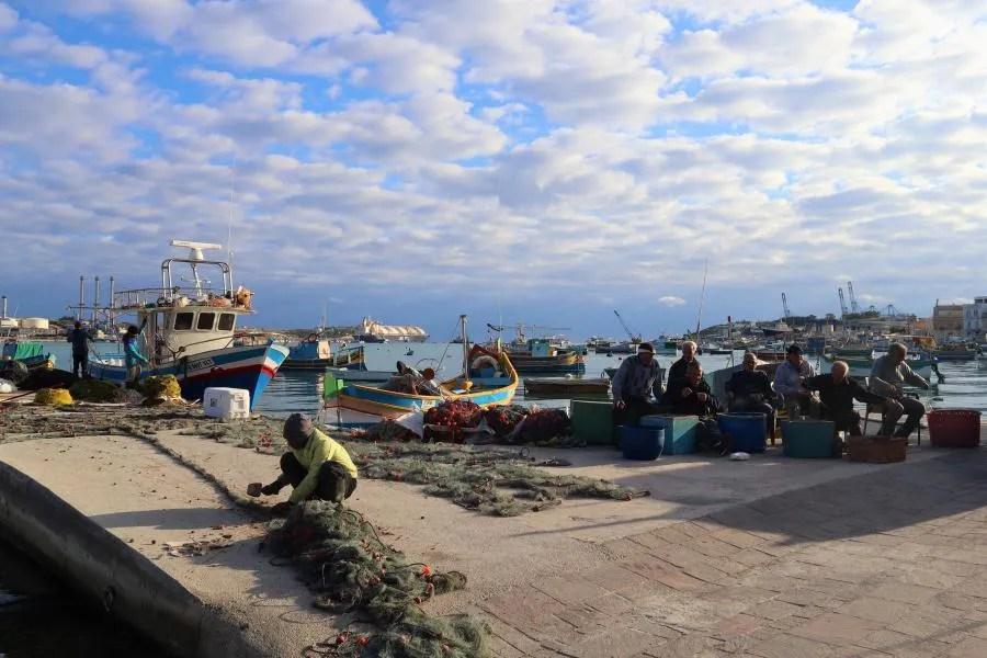 Vissers aan het werk in Marsaxlokk op Malta