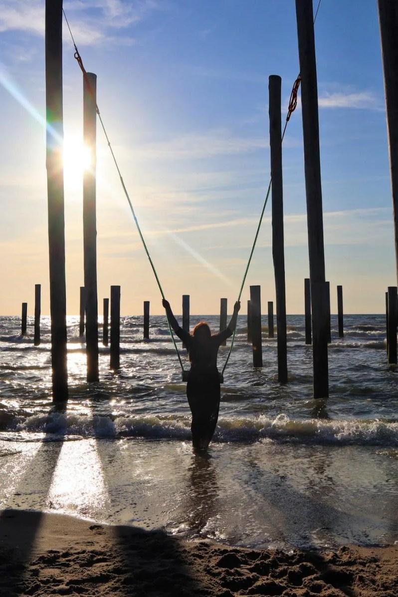 Zorgeloos schommelen boven zeeop het strand van Petten