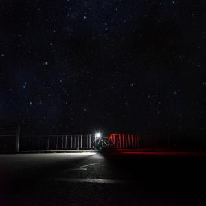 Kolarskie tips & tricks rower w nocy ze światłami