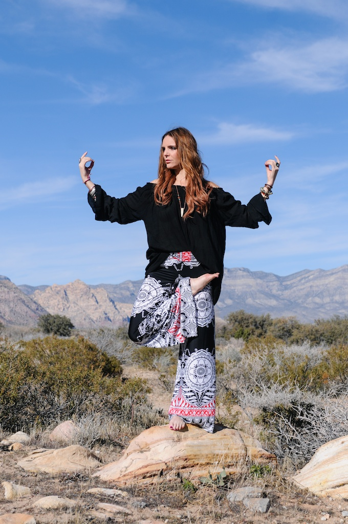 mal-wingostarr-jewelry-yoga-pants-mala-boho-fashion-blogger-desert-red-rock-horn-necklace 4