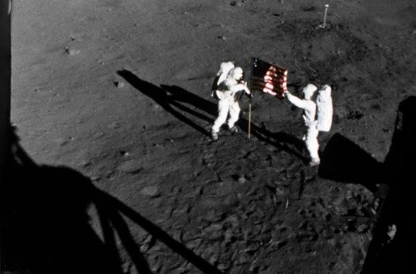 Space 2010 09 28 Moon-Landing-Zoom