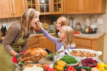 family-cooking-thanksgiving-dinner