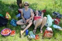 Lukas und Eva sitzen inmitten der reichhaltigen Erdbeerernte