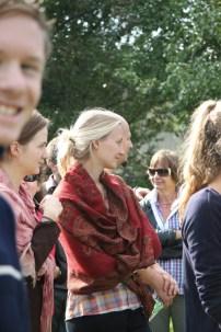 """Mitglieder und Besucher im BOKU-Gemeinschaftsgartens bei der Verleihung der Auszeichnung """"Naturnahe Grünoase"""""""