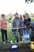 """Mitglieder des BOKU-Gemeinschaftsgartens bereiten die Erfrischung vor: Natürlich wird der prämierte """"BOKU-Wein 2014"""" eingeschenkt"""
