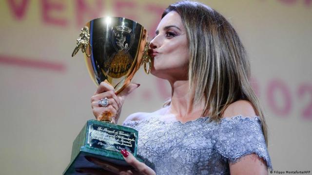 स्पेनिश अभिनेत्री पेनेलोप क्रूज़ को सर्वश्रेष्ठ अभिनेत्री का पुरस्कार मिला