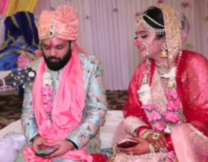 Mumbai Couple Sings 'Kothe Te Aa' With A Twist At Their Wedding And We Are Laughing Our Hearts Out