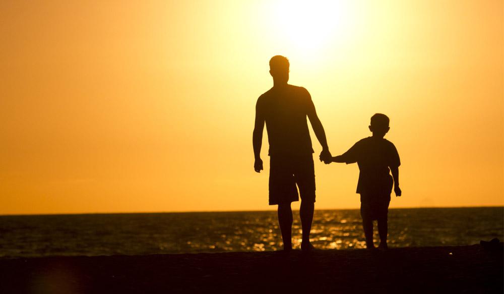 باپ نے بیٹے کے کندھے پر ہاتھ رکھ کر پوچھا بتاؤدنیا کا طاقتور انسان کون ہے؟
