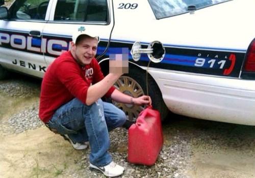 Il siffone une voiture de police