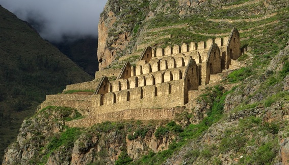 Ruínas do sítio arqueológico de Ollantaytambo no Peru