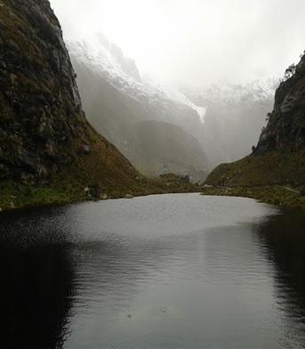 Lago em meio a trilha ate a laguna 69 no norte do Peru