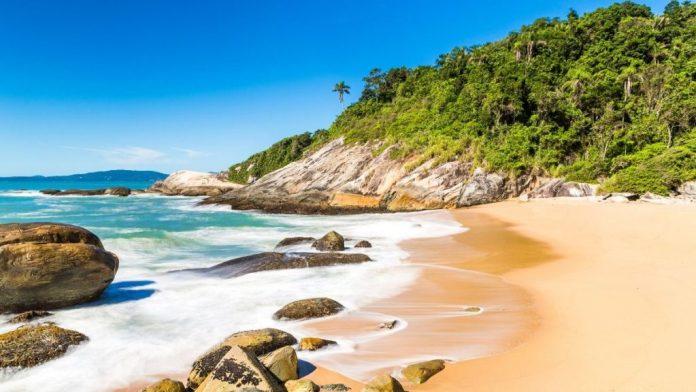 Praia estaleiro é uma das melhores praias de Santa Catarina