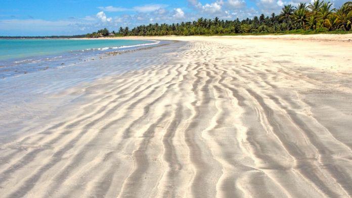 Dunas de areia na praia de Angra de Ipioca, no estado de Alagoas