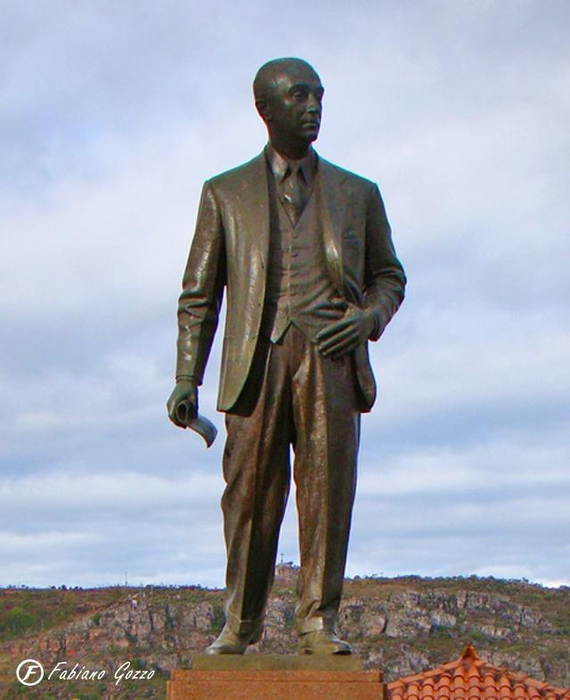 Estátua de Juscelino Kubitschek no centro de Diamantina
