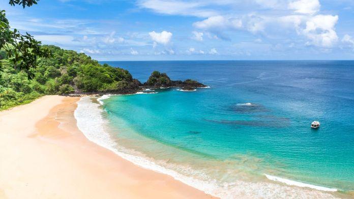 Vista aérea da praia de Sancho, na ilha de Fernando de Noronha.