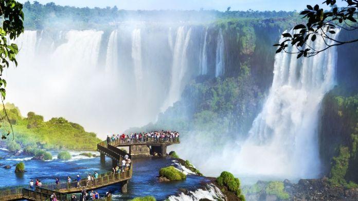 Turistas nas Cataratas do Iguaçu, uma das maiores maravilhas naturais do mundo, na fronteira do Brasil e Argentina.