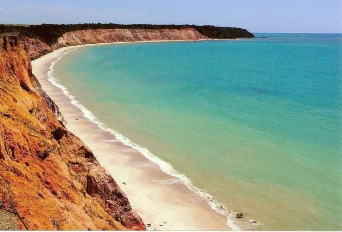 Praia do Carro Quebrado é um dos destinos com águas absolutamente claras para você conhecer no Brasil
