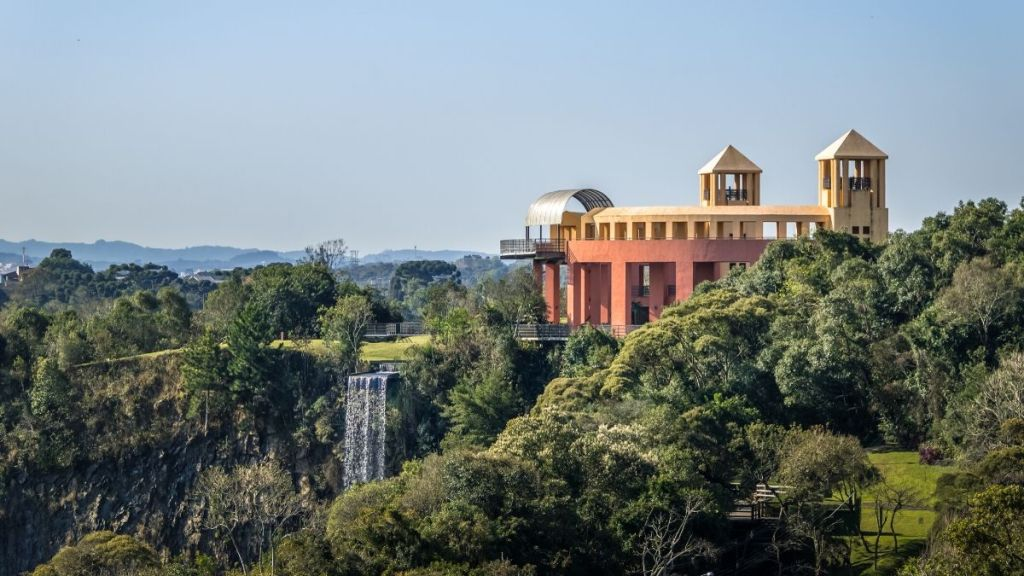 Mirante e cachoeira no Parque Tanguá - Curitiba.