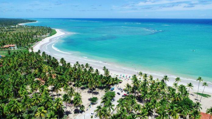 Paisagem fantástica da praia paradisíaca, com água cristalina, em São Miguel dos Milagres, Alagoas.