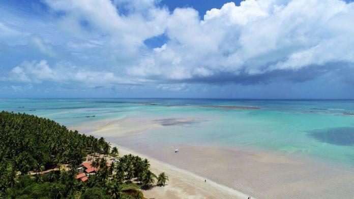 Paisagem fantástica da praia paradisíaca com água turquesa em Maragogi, Alagoas.