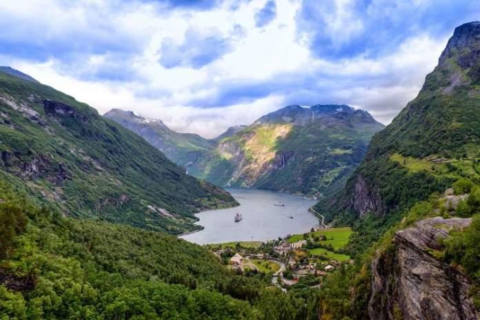 Geirangerfjord (Fiorde Geiranger) é um dos destinos surreais na Noruega