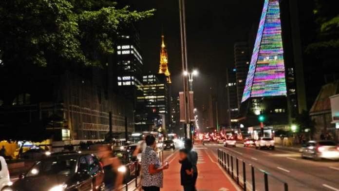 Atravessar a Paulista é uma das dicas de o que fazer a noite em São Paulo