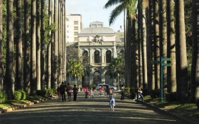 Conhecer a Praça da Liberdade é uma das dicas de o que fazer em Belo Horizonte