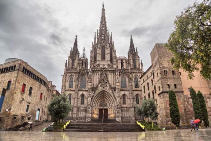 Visitar o Bairro Gótico é uma das dicas de o que fazer em Barcelona
